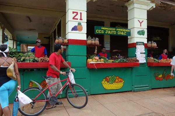 Frukt- och grönsaksförsäljning någonsans i Vedado, Havanna.