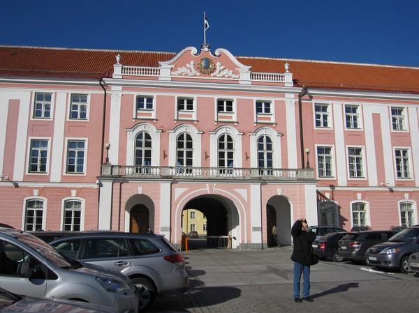 Riigikogu (parlamentet), Toompea (domberget), gamla staden i Tallinn.
