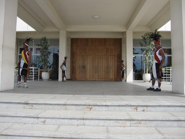 Vakterna framför entrén står mest där för prydnads skull. Ett väldigt öppet presidentpalats dit allmänheten är varmt välkommen! Centrala Dili.