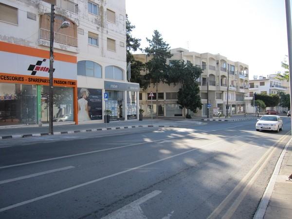 Leoforos Apostolou Pavlou, huvudgatan som går upp från strandpromenaden, Pafos, Cypern.