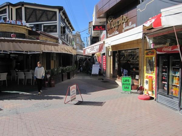Gatuscen i den turkcypriotiska delen av Nicosia.