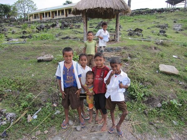 Nyfikna skolbarn på promenaden från Baucau old town ner till Wataboo beach, Osolata, Baucau, Timor-Leste.