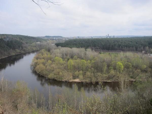 Vid utsiktsplaten innan besöket till Vilnius TV Tower. Floden Neris och Vingis Park i förgrunden och centrala Vilnius längst bort i bild, Vilnius.