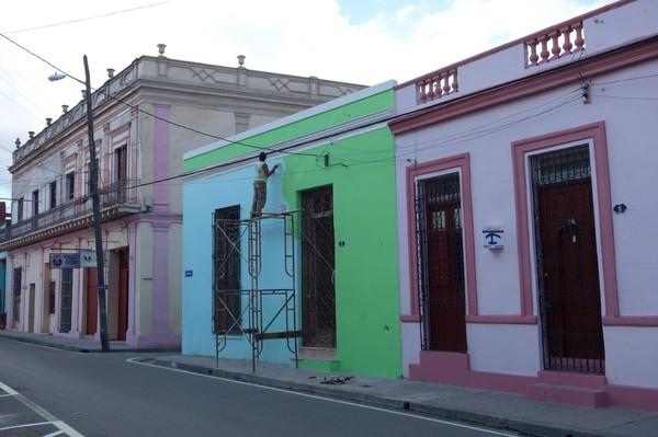 Färgbyte på husfasad på andra sidan gatan sett från min casa i centrala Camagüey.