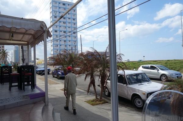 Bild tagen medan jag sitter och väntar på maten på restaurang La Chucheria, Vedado, Havanna.