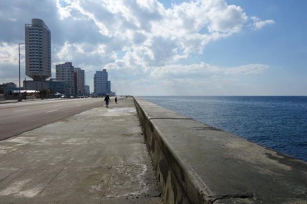 På långpromenad längs Malecon, Havanna.