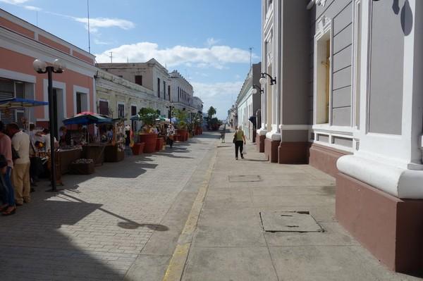 Gatuscen längs Calle 29 i sydlig riktning från sydöstra hörnet av Parque José Martí, Cienfuegos.