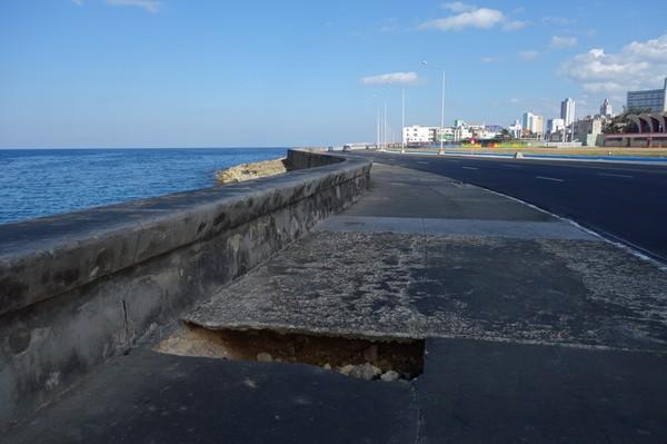 Malecon faller samman. På långpromenad längs Malecon, Havanna.