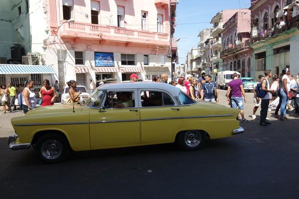 Kubaner som väntar på taxi, Centro Habana, Havanna.