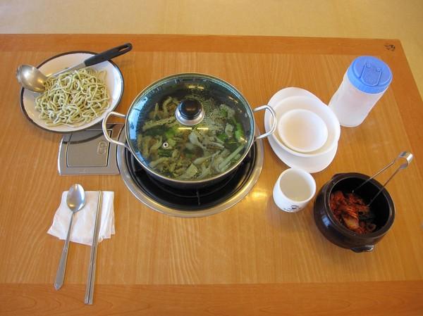 Beställningen är gjord och allt har kommit på sin plats på bordet. Tjocka nudlar med seafood och självfallet Kimchi blev mitt val, som jag testade även första dagen. En favorit!