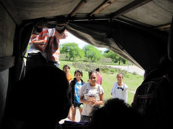 Fullsatt! En del som ville åka med fick inte plats. Ombord på flaket på lastbilen som tar mig från Lautem till Com. Timor-Leste.