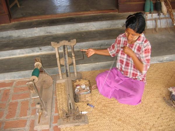 Besök hos en bondefamilj. På cykeltur genom tempelslätten dag två.