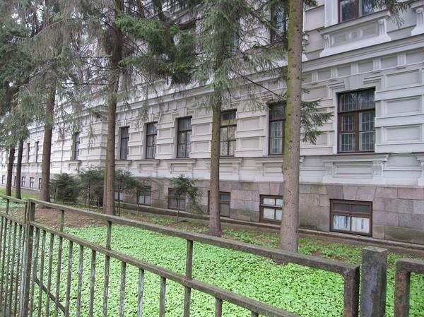Byggnaden har använts av olika makthavare vid olika tidpunkter som en bricka i spelet att förtrycka den vanliga befolkningen i stor skala, The Museum Of Genocide Victims.