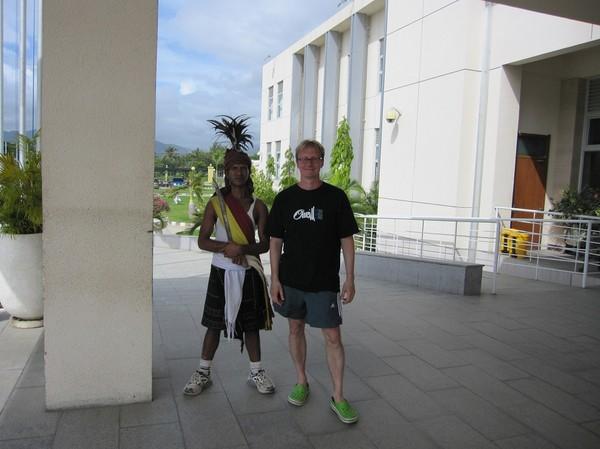 Stefan med en av vakterna vid presidentpalatset i centrala Dili.