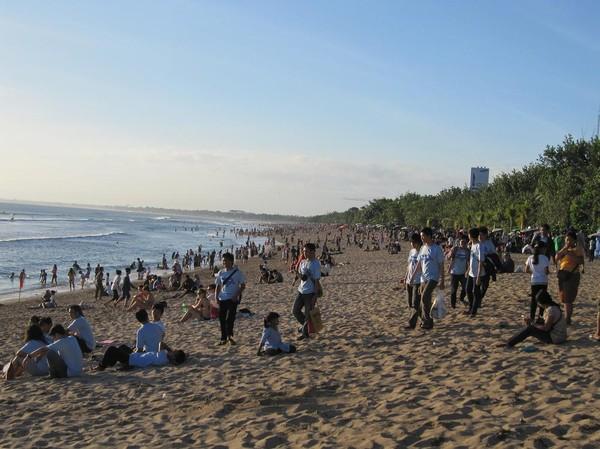 Tusentals människor på Kuta beach, Bali.