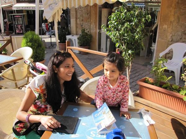 Rajni och Rugu på café i den turkcypriotiska delen av Nicosia.