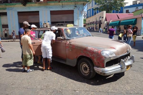 Kubaner som förhandlar om pris med taxi, Centro Habana, Havanna.