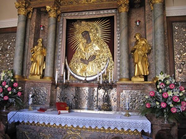 Målningen av Virgin Mary inne i the chapel of Our Lady, Gates of dawn, Vilnius.