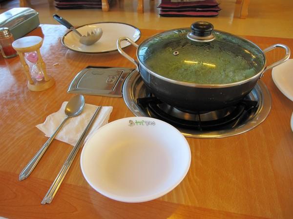 På bilden har gasolen slagits på och ett timglas (till vänster i bild) placerats på bordet. När timglaset runnit ut är det dags att börja äta!
