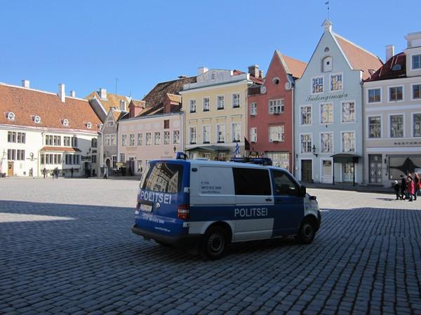 Raekoja plats, gamla staden, Tallinn. Ett tag trodde jag den estländska polisen var ute efter mig.