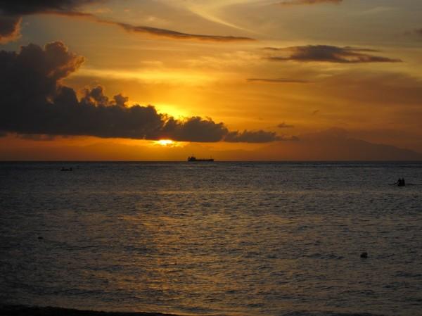 Solnedgång i Dili. Atauro island kan skymtas till höger i bild. Timor-Leste.