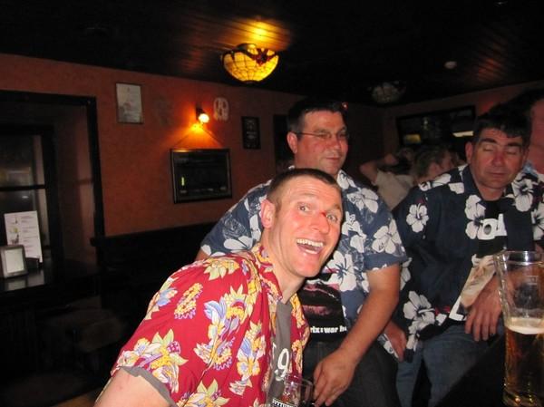 Britter som firar segern för sitt klubblag i rugby mot ett litauiskt lag i Vilnius. Skadan på näsan uppstod under matchen, Brodvejus, Vilnius.