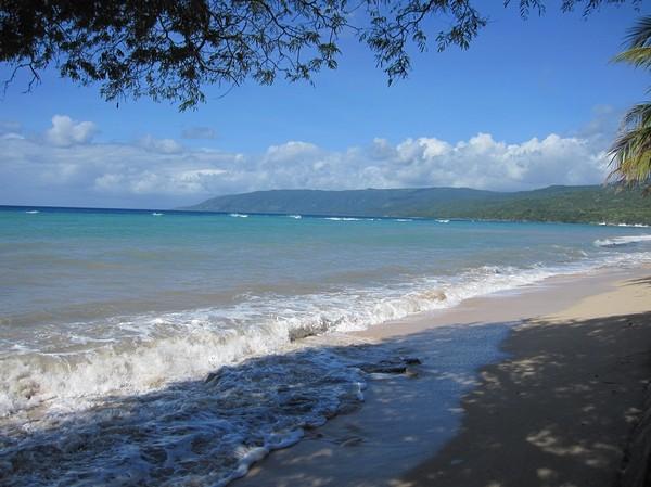 Framme i Com som visade sig vara en riktigt idyllisk plats. Det enda som jag tyckte var lite störande var att det var många hundar som var fientligt inställda till mig. Detta är stranden vid hotellets restaurang. Com, Timor-Leste.