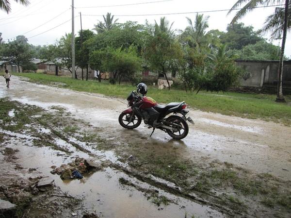Resan på motorcykel över bergen mellan Com och Fuiloro. Vi var tvungna att stanna och vänta ut regnet, Timor-Leste.