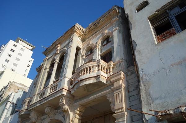 Intressant arkitektur längs Malecon, Havanna.