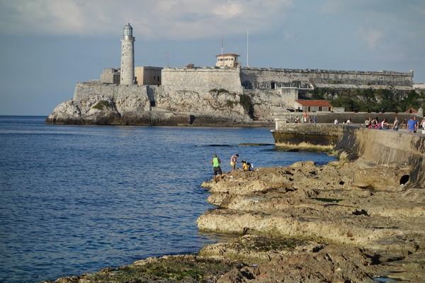 Castillo de los Tres Santos Reyes Magnos del Morro från Malecon, Havanna.