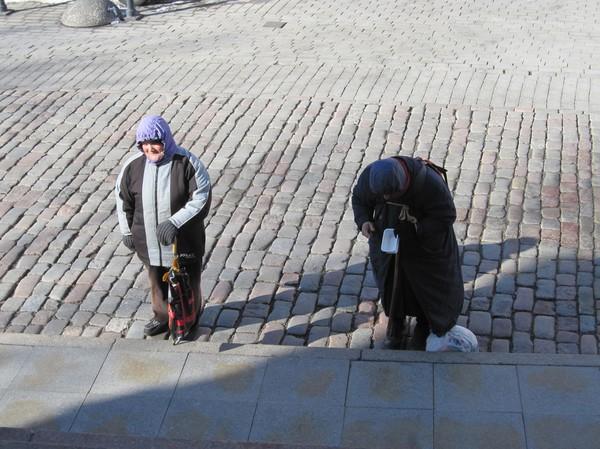 Utanför Alexander Nevski katedraal väntade dessa två damer på mig. Förmodligen var de tiggare, men jag är inte helt säker då de stod precis utanför entrén till katedralen. Toompea (domberget), gamla staden i Tallinn.