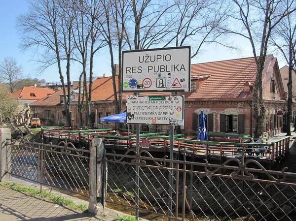 Vid bron över till republiken Užupis, Vilnius.