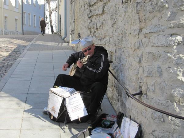 Gatumusiker med stor humor i sitt framförande, Toompea (domberget), gamla staden i Tallinn.
