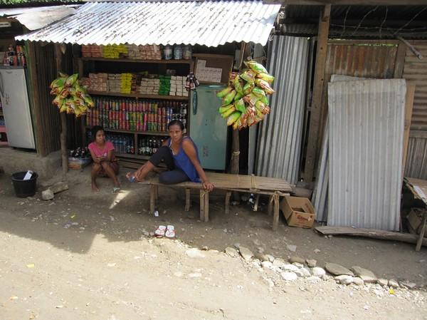 Dags för rast längs vägen, halvvägs mellan Dili och Baucau.