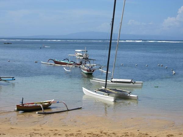 Sanur beach med ön Nusa Penida i bakgrunden, Sanur beach, Bali.