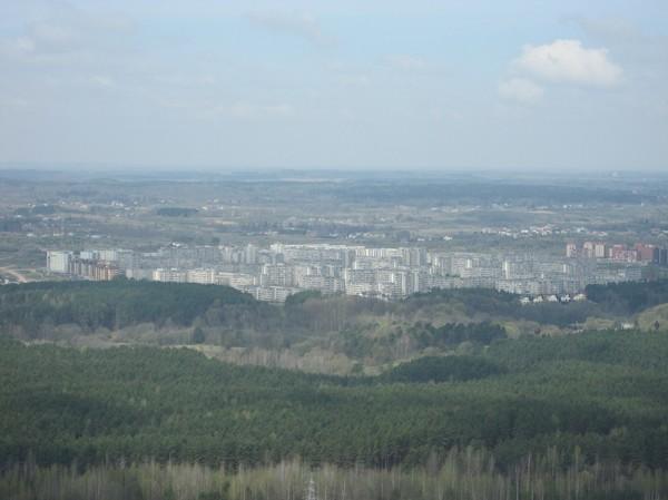 Uppe på observation deck på 190 meters höjd i Vilnius TV Tower. Gråa sovjetiska bostadshus, Vilnius.