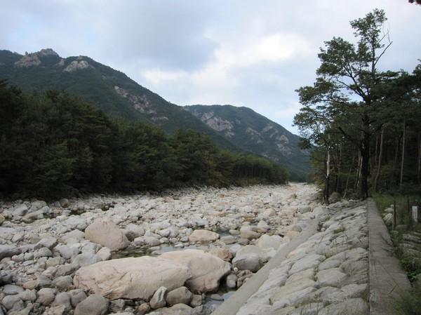 Trekking på väg till vattenfallen. Nästan helt torr flodbädd passeras.
