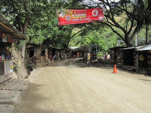 Vägarbete pågår på många ställen mellan Dili och Baucau. Det påstås dock att vägarna de senaste tio åren försummats oerhört mycket i hela landet, vilket innebär att de blir sämre och sämre efter varje regnperiod.