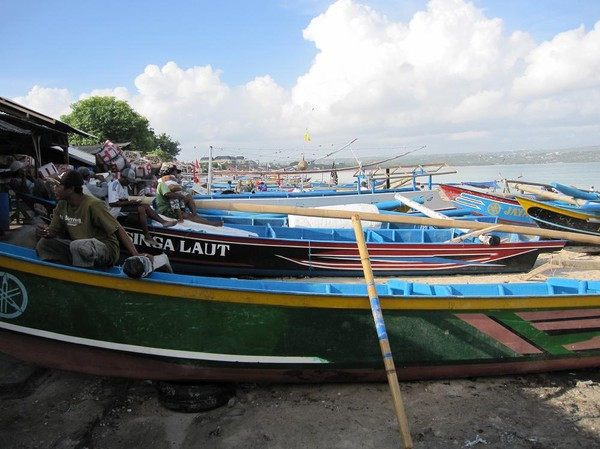 Fiskebåtar vid Jimbaran fish market, Bali.