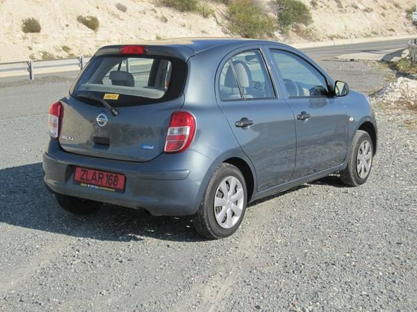 Nissan Micra med automatlåda hyrd av Hertz, i närheten av Aphrodite's Rock på Cyperns sydkust.