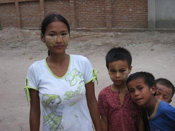 Nyfiken burmesisk familj nedanför Mandalay Hill, Mandalay.