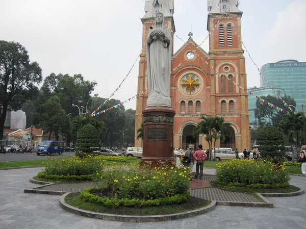 Virgin Mary framför Notre Dame Cathedral, Saigon.