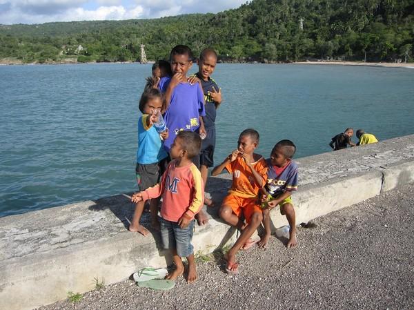 Barn på den indonesiskbyggda hamnpiren, Com, Timor-Leste.