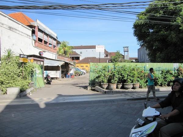 Sari Club låg här före bomben. Idag en parkeringsplats. Ingen vet fortfarande vem som äger denna markbit, Kuta beach, Bali.