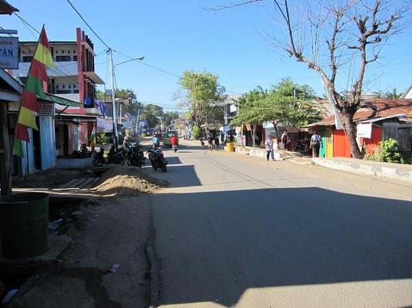 Gatuscen längs huvudgatan i Labuan Bajo, Flores.