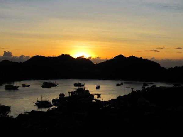Solnedgång över Labuan Bajo från mitt rum på Gardena Hotel.