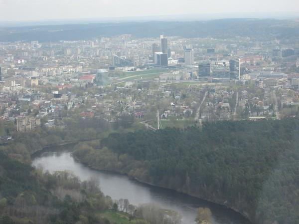 Uppe på observation deck på 190 meters höjd i Vilnius TV Tower. Centrala nya Vilnius i förgrunden, Vilnius.