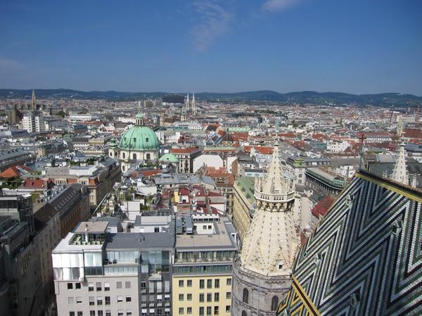 Vy över Wien uppifrån Stephansdomens sydtorn. 343 trappsteg är det upp till utsiktsplatsen.