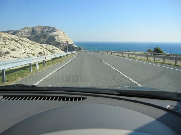 Väg B6 i närheten av Aphrodite's Rock på Cyperns sydkust.