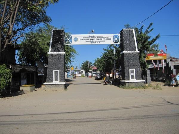 Entré till hamnen i Labuan Bajo, Flores.